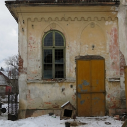 Entryway to an abandoned synagogue in Radăuţi. CREDIT: Julie Dawson